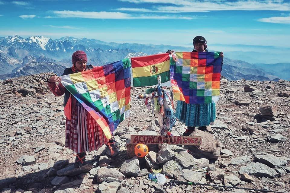 Cholitas en la cima del Aconcagua
